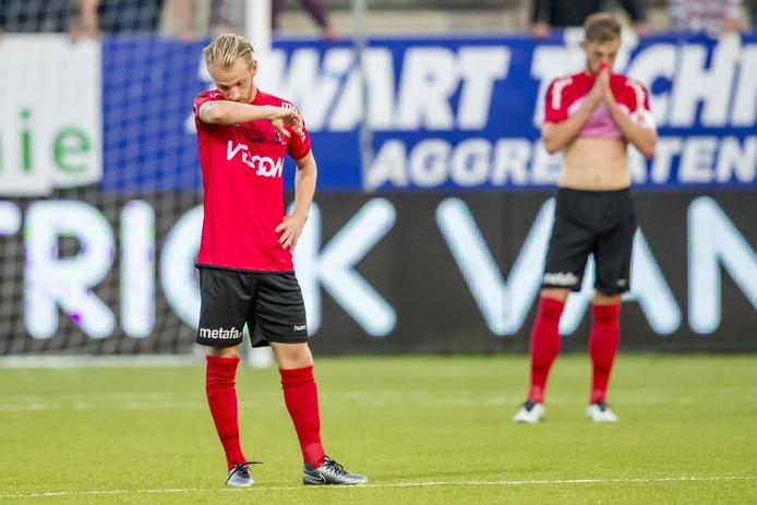 Teleurstelling bij Helmond sport speler Jason Bourdouxhe en Stephen Warmolts