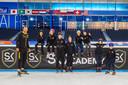 De eerste pupillen van de Sven Kramer Academy poseren, links de naamgever. ,,Ons doel is om ieder kind in Nederland van onder de twaalf een keer op het ijs te krijgen en les te geven.''