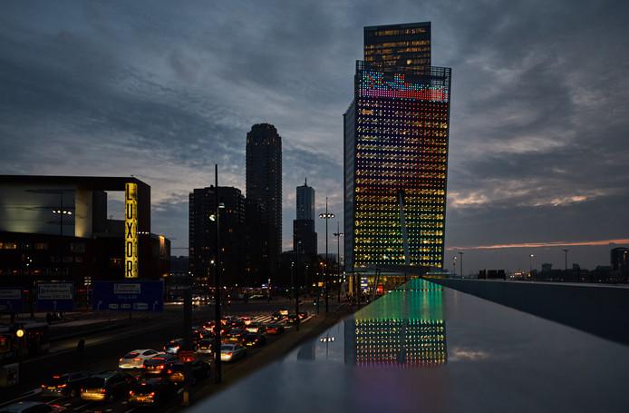 De markante toren van KPN is dankzij de nieuwe led-gevel een opvallende verschijning in Rotterdam.