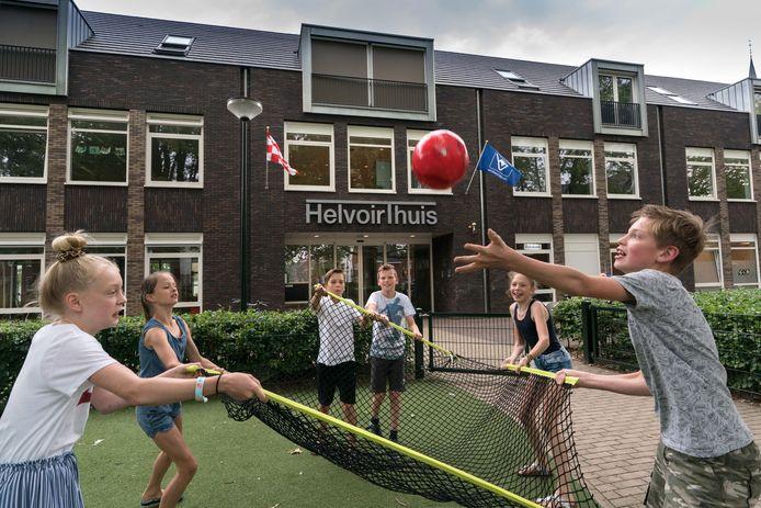 Leerlingen van de Dr. Landmanschool in Helvoirt spelen op het terrein voor hun school in het HelvoirThuis. Met de opsplitsing van de gemeente Haaren hebben ze niks.