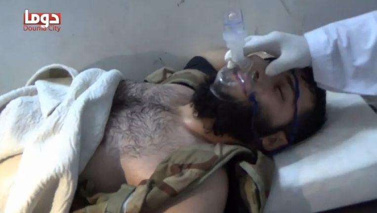 Still uit een video met beelden van strijders aan de beademing na een mogelijke gifgasaanval op Adra. Beeld null