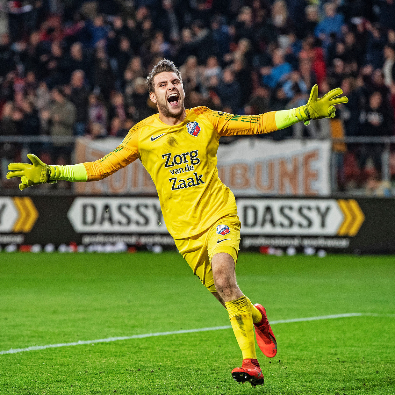 Doelman Maarten Paes van FC Utrecht viert de 3-0 van Sean Klaiber uitbundig.
