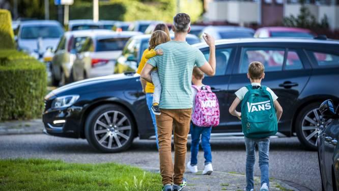 """Burgemeester Tommelein waarschuwt 'hangouders' aan de schoolpoort: """"Als het de spuigaten uitloopt, kunnen we politie inschakelen"""""""