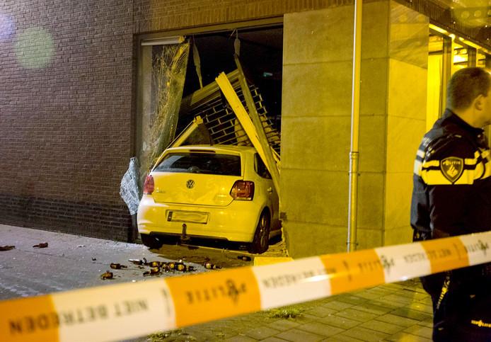 Ramkraak bij modezaak in Zundert, auto rijdt winkel binnen.