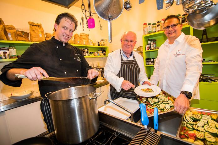 V.l.n.r. Gastheer Mark Driessen samen met de chef burgemeester Frans Backhuijs en Hans Agterberg.