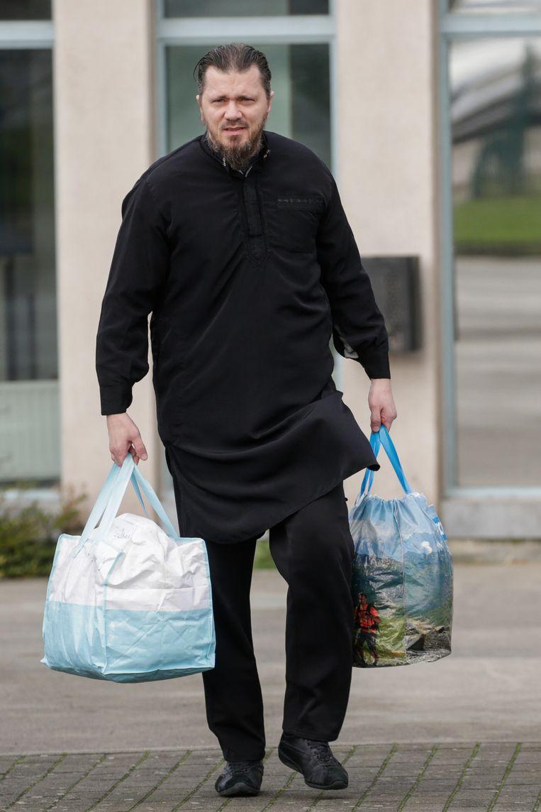 Zichtbaar vermagerd en met een traditionele 'thobe' aan, verliet Denis zaterdag rond 11 uur de gevangenis van Itter.