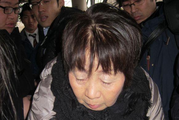 Chisako Kakehi komt aan in de rechtszaal.
