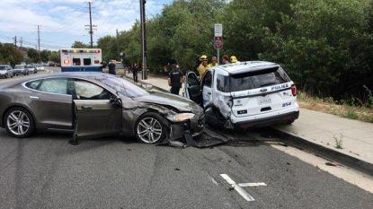 Tesla met 'autopilot' rijdt in op stilstaande politiewagen