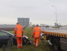 Automobiliste rijdt door hekwerk en belandt in sloot op afrit bij Ede