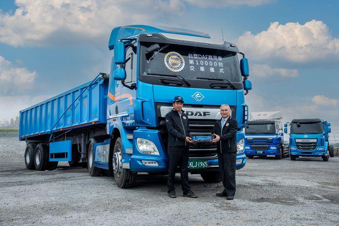 De 10.000e in Taiwan gebouwde DAF truck is door Seiko Chen, voorzitter van DAF-partner Formosa Plastics Transport Corporation (rechts), geleverd aan Zhi-Yong Qiu, directeur van Yong Yuan Transport Corporation (links). De DAF CF 480 trekker wordt ingezet voor het transport van grind en beton.