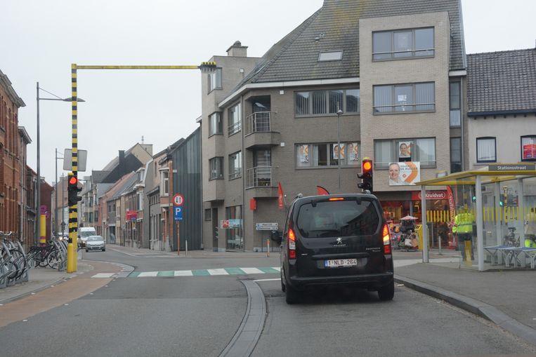 Aan de linkerkant van de straat werd nu een extra verkeerslicht geplaatst.