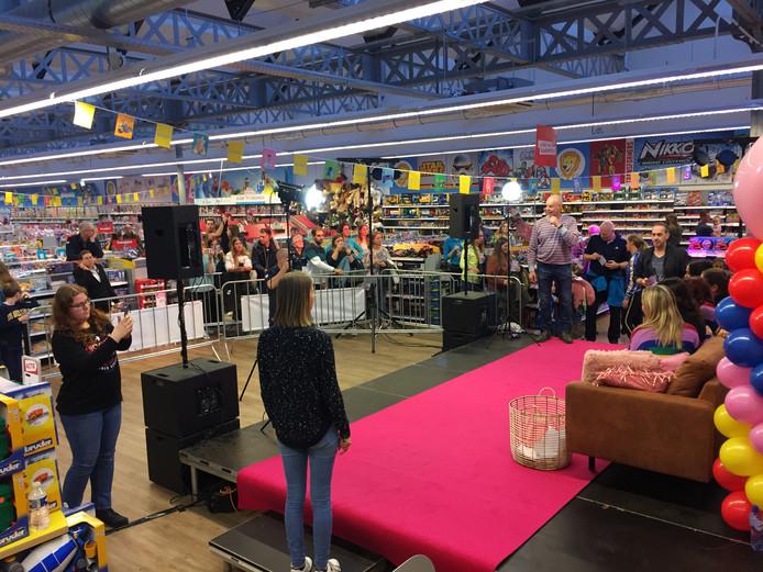 Grote drukte bij een speelgoedwinkel in Tilburg voor een meet & greet met K3
