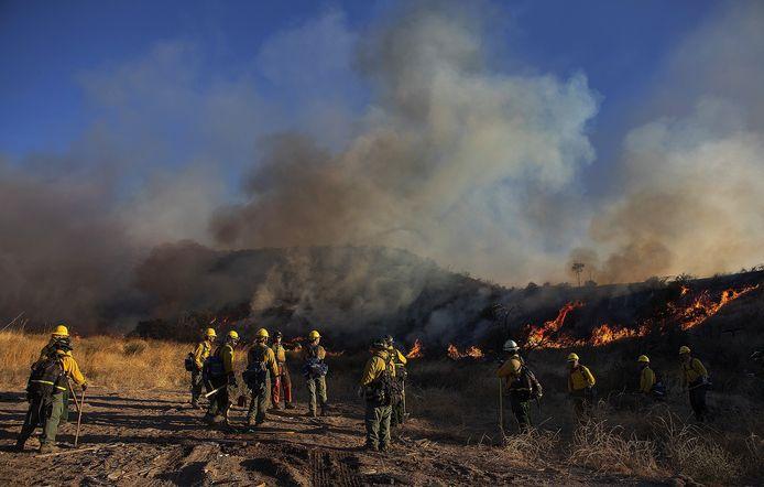 Het vuur woedt vooral rond de stad Santa Clarita, zo'n 65 km ten noorden van Los Angeles.