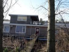 Eigenaar deels gezonken woonboot in Den Bosch halsoverkop in vliegtuig naar huis, buren konden zijn woning niet redden
