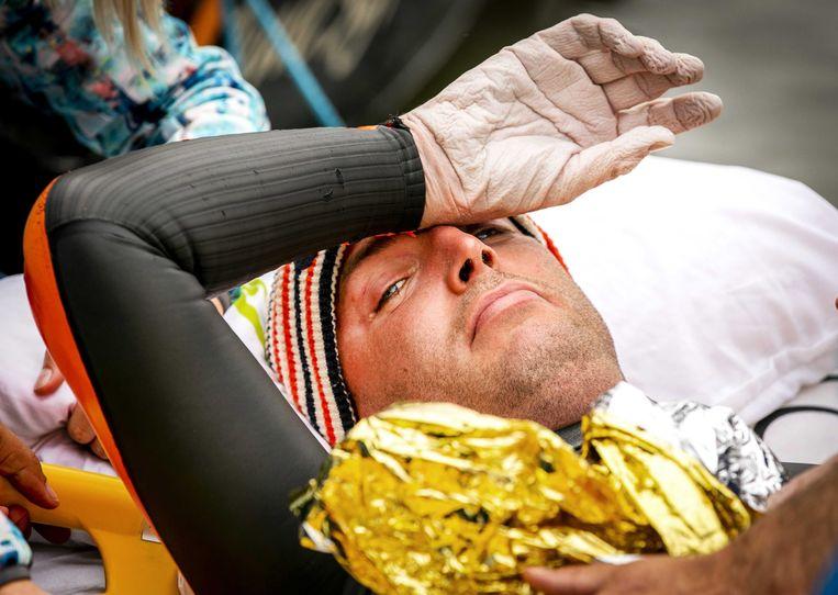 Maarten van der Weijden wordt na 163 kilometer zwemmen naar de ambulance gebracht. Beeld EPA