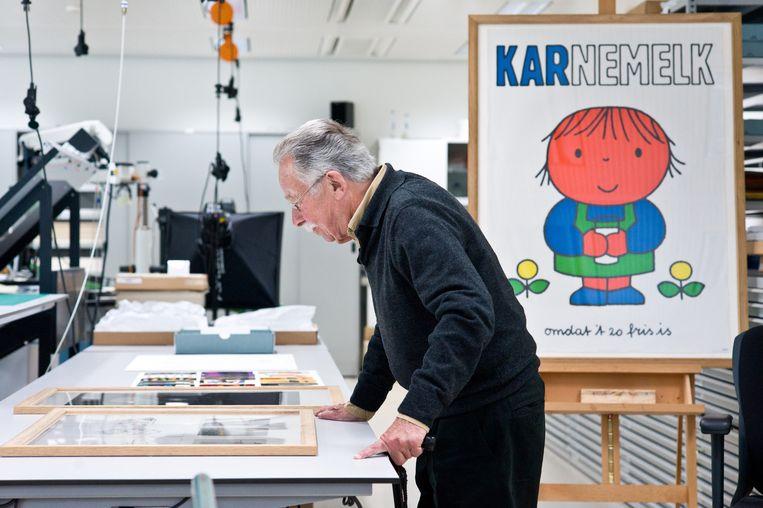 Dick Bruna, hier in de restauratieruimte van het Rijksmuseum, in 2011. Beeld Rijksmuseum