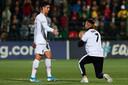 Een aanbidder van Ronaldo is erin geslaagd het veld op te komen tijdens het duel Litouwen - Portugal.