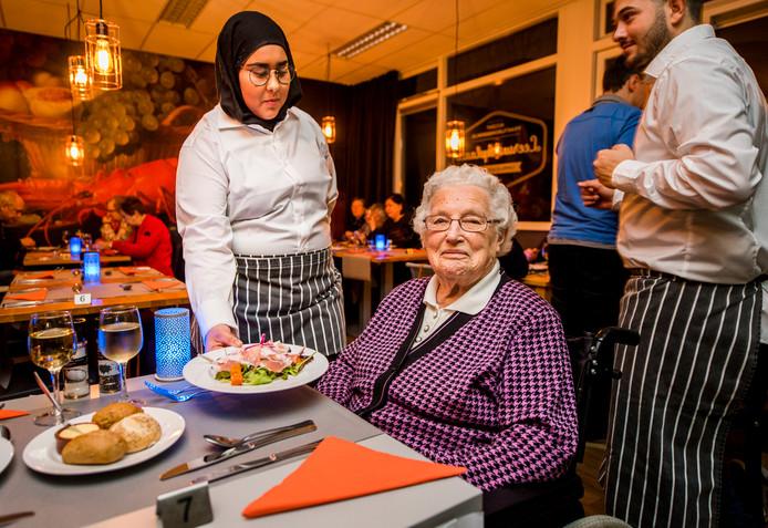 Leenie Struik geniet van de maaltijd: ,,Ik ben met plezier 100 geworden en zolang het gaat, ga ik door.''