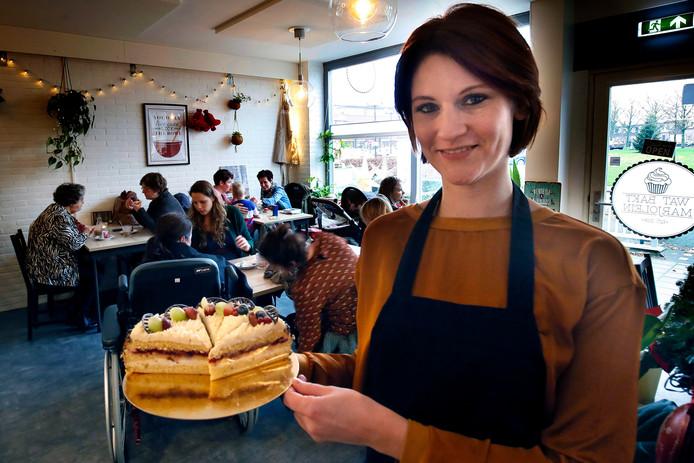 De taartenwinkel van Marjolein van Till in Ameide zit ook op doordeweekse dagen vaak vol.