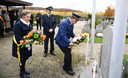 11-novembervieringen op het kerkhof in Holsbeek, waar Annelies Vander Bracht, Paul Mispelters en Gaston Van Casteren bloemen neerleggen.