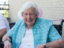 Oudste inwoonster van Zwolle blaast 103 kaarsjes uit