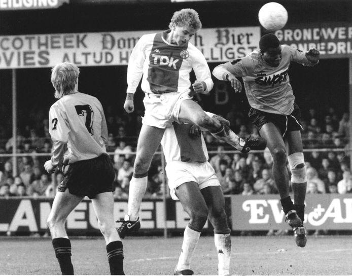 Dennis Bergkamp kopt raak in de uitwedstrijd bij FC Volendam (0-3) in 1988.