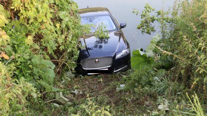 Tachtiger duwt op gaspedaal in plaats van rem en belandt met jaguar in vijver