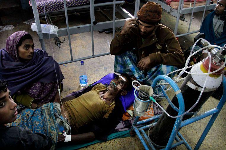 Archieffoto: man wordt behandeld in ziekenhuis na het drinken van illegaal gestookte alcohol in een ziekenhuis in India.