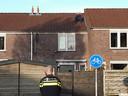 Een man zit al meer dan een uur op het dak van een woning aan de Roos Vosstraat in Tiel.