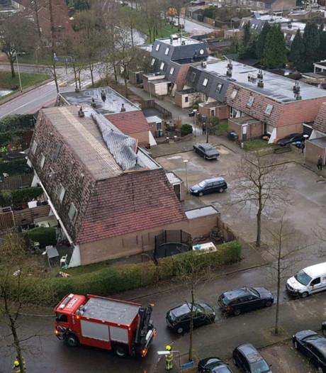 Dakbedekking waait van woningen Zwanenveld, vijf huizen ontruimd