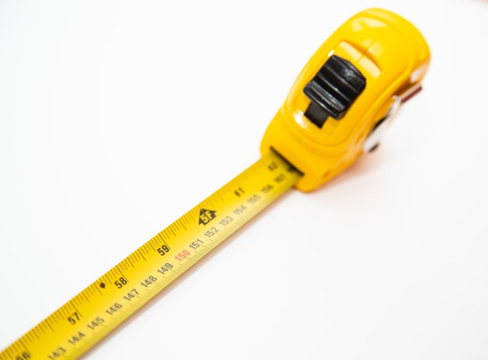 Shutterstock, meetlint, meetlat, rolmaat, anderhalve meter, 1,5 meter, 1,5m, 1.50, corona, social distancing, afstand houden, coronavirus