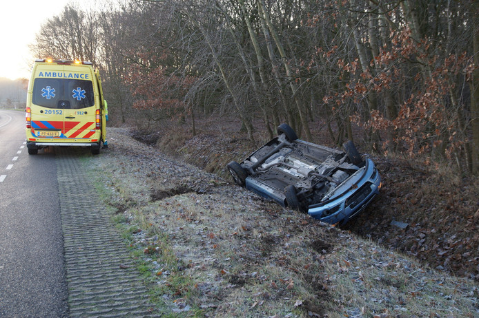 Auto in sloot beland in Drunen.