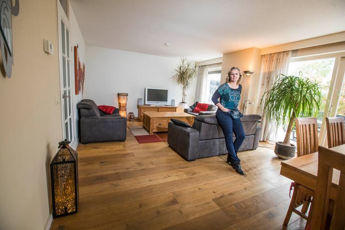 Kim van Boven in de woonkamer van het woongedeelte van hun bedrijfswoning.