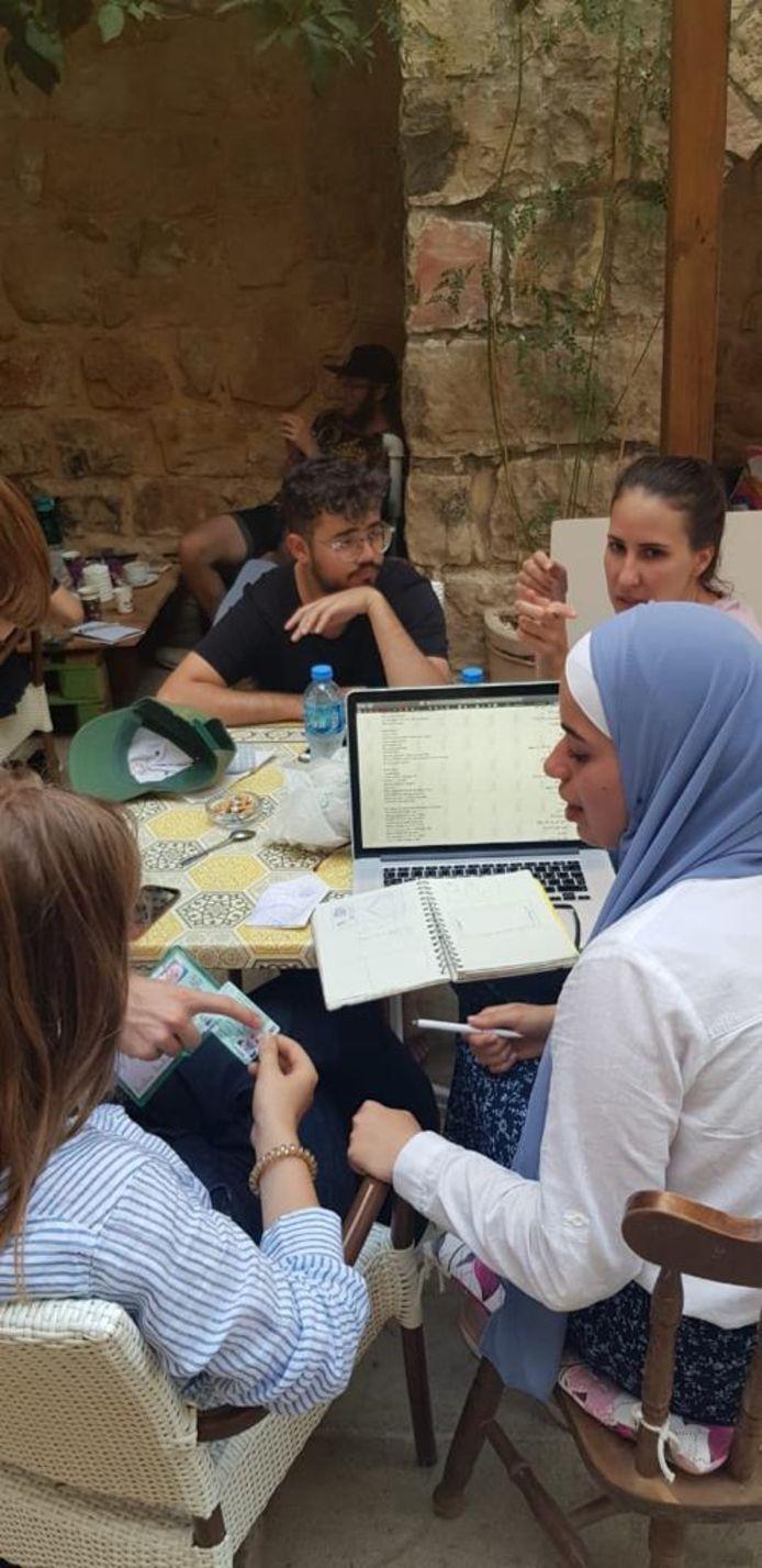 Een groepje deelnemers van de summerschool 'Disarming Design From Palestine' werkt aan zijn product.