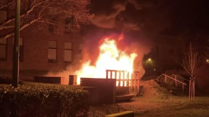 Vandalen steken picknickbank achter Nerocafé in brand