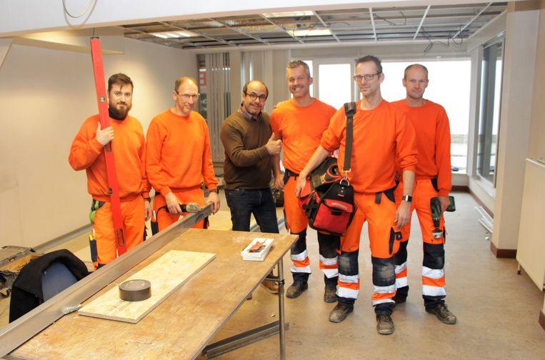 Schepen van Openbare Werken Francis Sanchez (N-VA) komt de werken bekijken en geeft de technische dienst een pluim.
