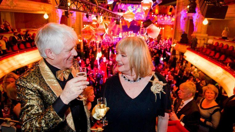 Schrijver van het boekenweekgeschenk Kees van Kooten samen met zijn echtgenote Barbara tijdens het Bal van 2013 Beeld anp