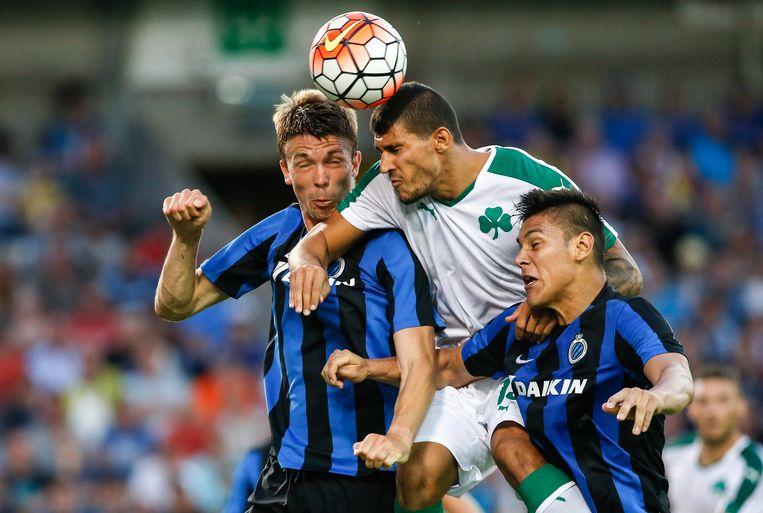 Karelis in duel met Mechele en Duarte afgelopen zomer. Club Brugge schakelde in de voorrondes van de Champions League Panathinaikos uit.