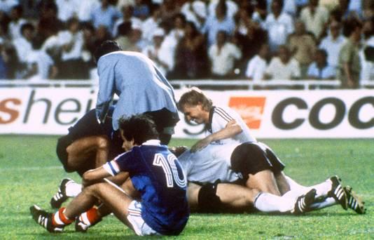 Michel Platini treurt na de laatste strafschop.