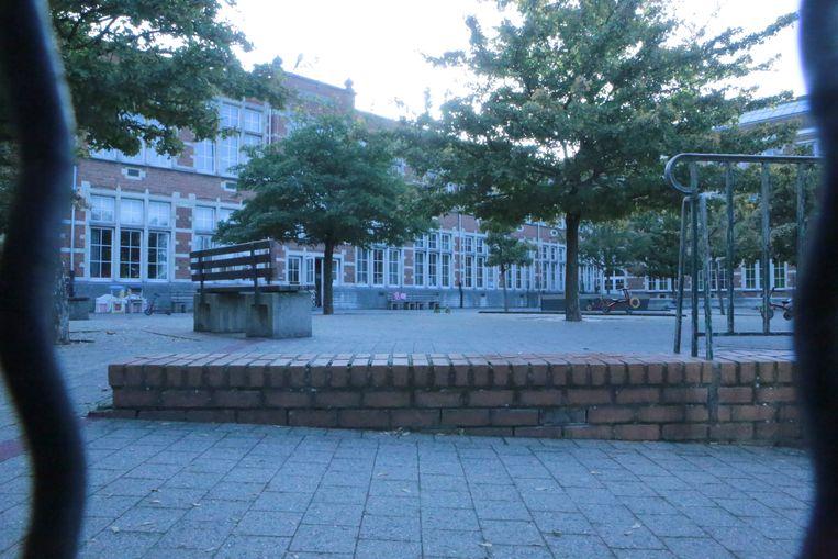 De speelplaats van kleuter- en basisschool De Luchtballon bleef leeg achter.