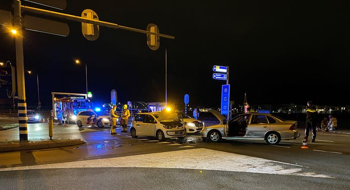 De schade aan beide auto's is fors.