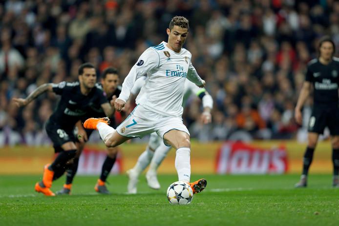 Cristiano Ronaldo schiet vanaf elf meter raak tegen Paris Saint-Germain.