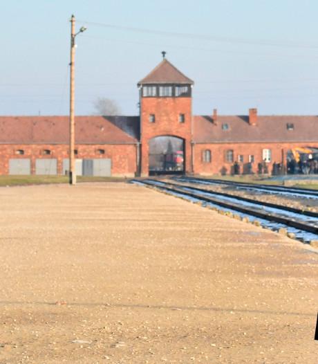Merkel schrijft geschiedenis met bezoek aan Auschwitz: 'Ik sta hier met grote schaamte'