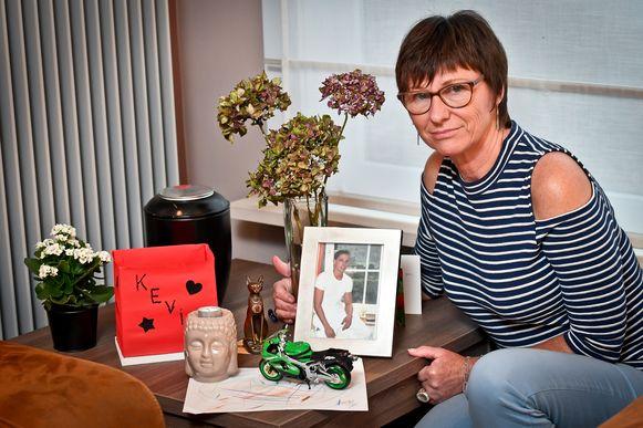 Heidi Deveeuw bij een foto van haar zoon Kevin die om het leven kwam bij een verkeersongeval.