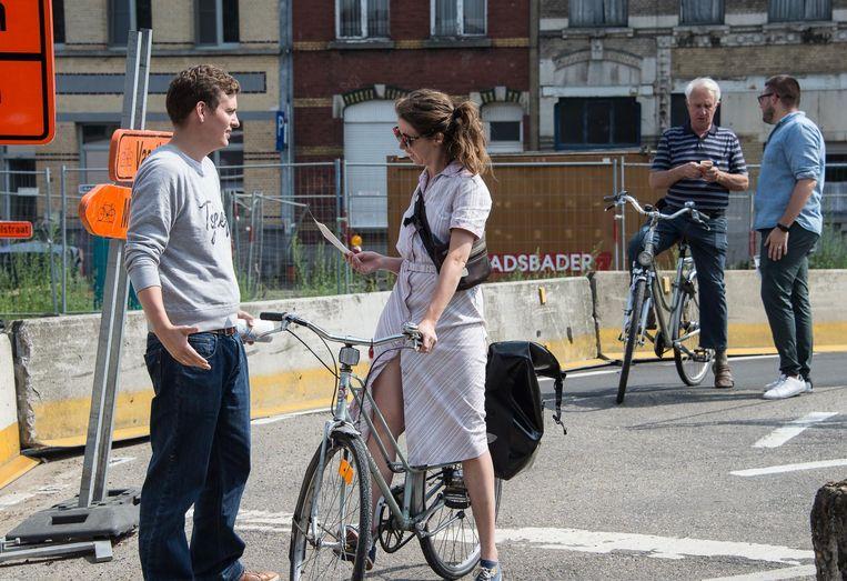Jong CD&V voerde actie bij de nieuwe fietsbrug over het Albertkanaal.