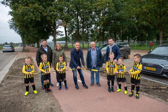 Nu de nieuwe parkeerplaats van SSC'55 in Sprang-Capelle is geopend door wethouder John van den Hoven (midden) wil de club door met 'fase 2': een nieuwe accommodatie.