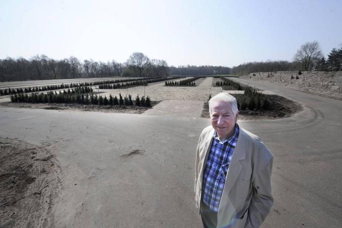 Albert Engels voor de uitbreiding van de begraafplaats in Westerhaar. Foto: Annina Romita