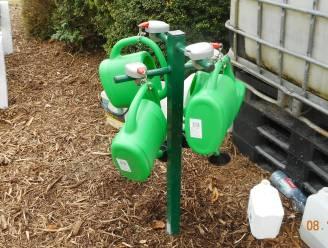 """Na de bolderkar staat nu ook de watergietboom op het kerkhof: """"Komaf maken met al de PMD-flesjes die gebruikt worden"""""""