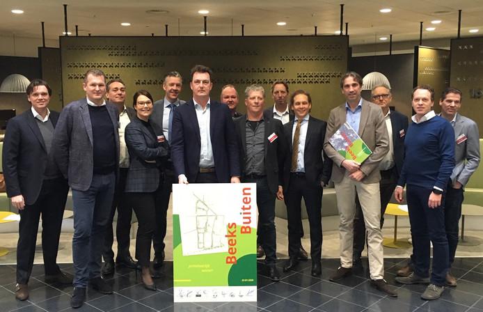 De ontwikkelaars van het project Beeks Buiten in Prinsenbeek. In het midden, de Bredase wethouder Paul de Beer van Stedelijke Ontwikkeling.