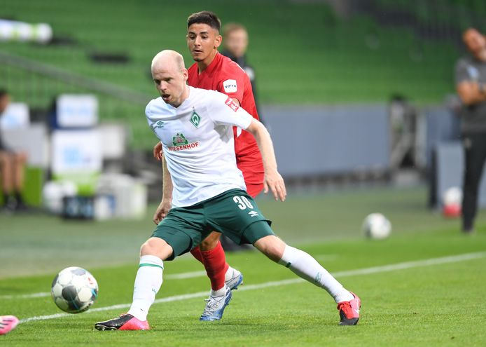 Davy Klaassen (l) namens Werder Bremen in actie tegen FC Heidenheim.